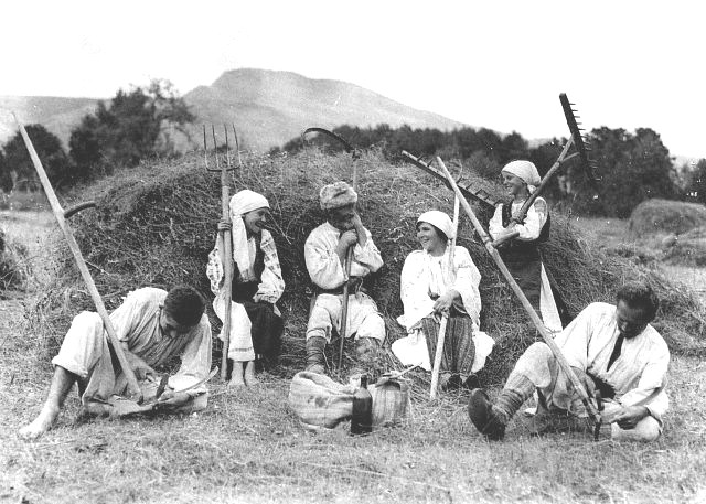 Harvest_time_in_Romania,_1920